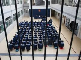 Missionário ensina presos a assobiarem hinos, para não chamar atenção de carcereiros