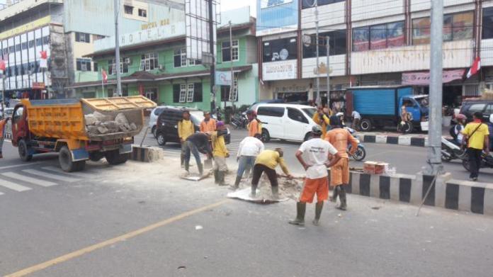 pembongkaran pembatas jalan di depan rsudam