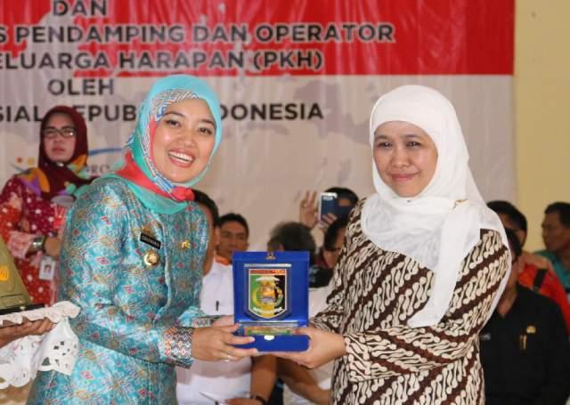 Kunker Mensos Khofifah Salurkan Bantuan Dana PKH di Lampung Timur