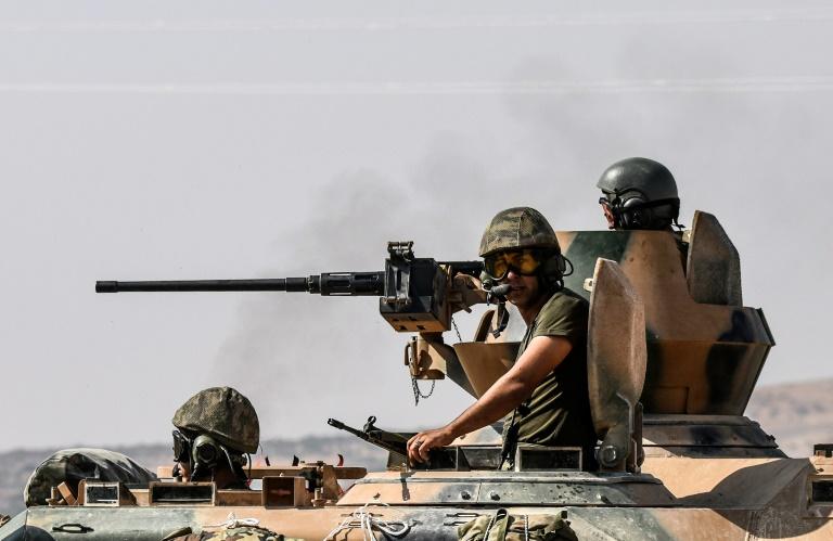 """Des chars turcs se dirigent vers la frontière syrienne à hauteur de Karkamis, le 27 août 2016, lors de l'opération """"Bouclier de l'Euphrate"""". © AFP"""