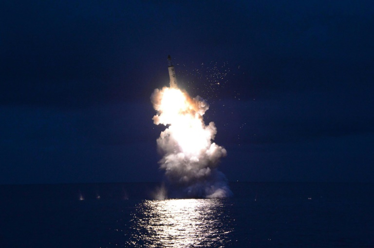 Photo non datée fournie le 25 août 2016 par l'agence nord-coréenne KCNA d'un tir de missile dans un lieu indéterminé . © AFP