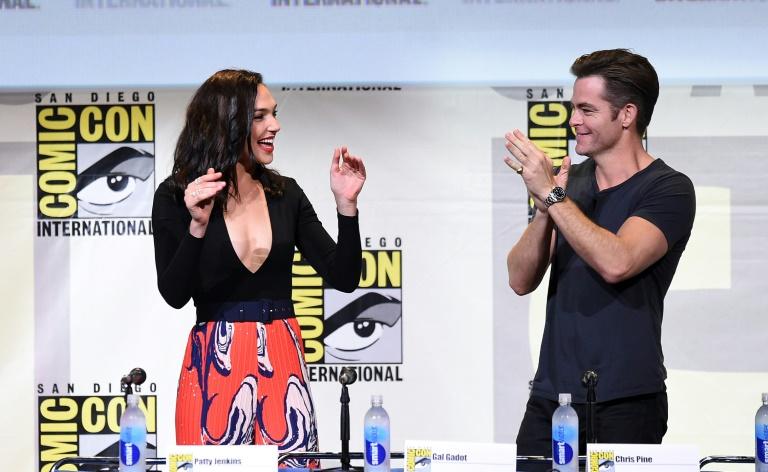 """L'actrice Gal Gadot (G) et l'acteur Chris Pine lors de la présentation de """"Wonder Woman"""" au Comic-Con 2016 à San Diego (Californie), le 22 juillet 2016 . © AFP"""