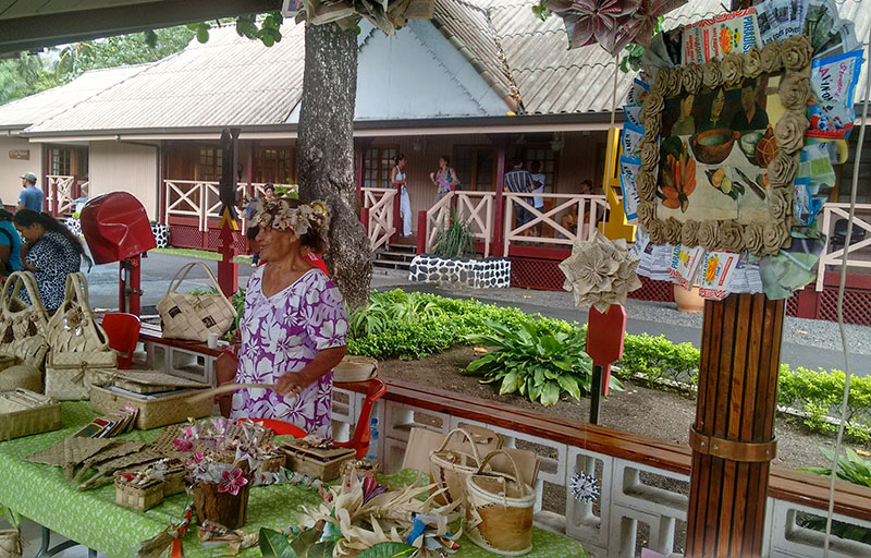 Nathalie Teariki, artisane, expose ses produits au 6e forum de la micro-entreprise à l'APF © Manava Tepa