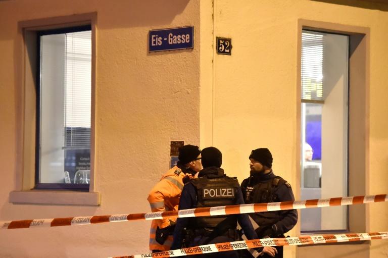 La police sur le site de la fusillade près d'un centre de prière musulman, le 19 décembre 2016 à Zurich. © AFP