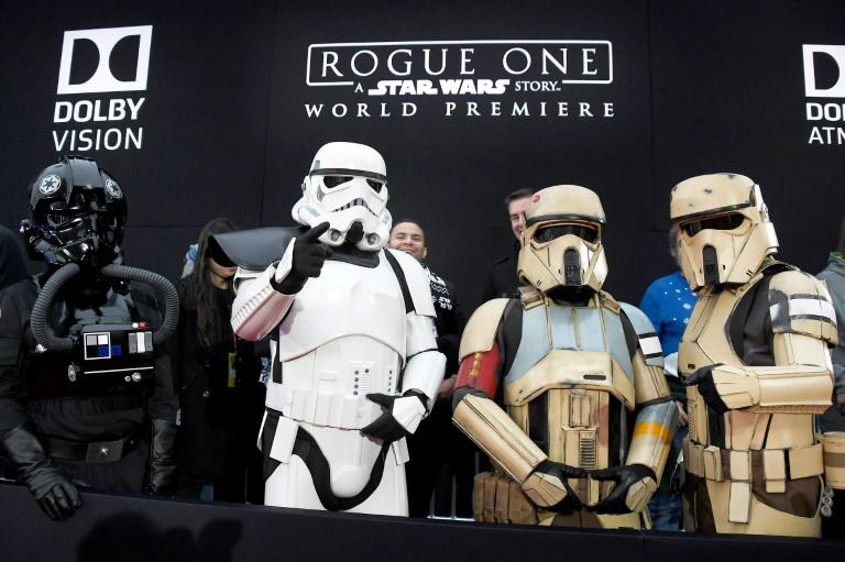 Des personnages de la saga Star Wars lors de la première du film Rogue One, à Hollywood, le 10 décembre 2016. © AFP