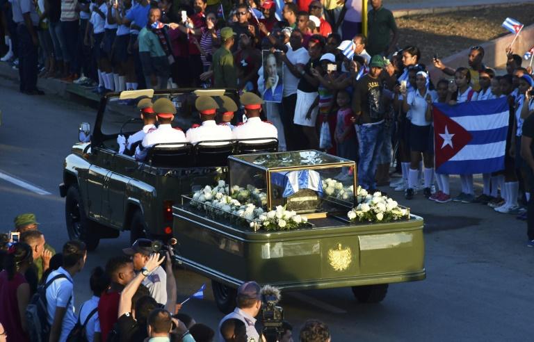 Le passage du convoi funéraire transportant une urne contenant les cendres de Fidel Castro, à Santiago, le 4 décembre 2016. © AFP