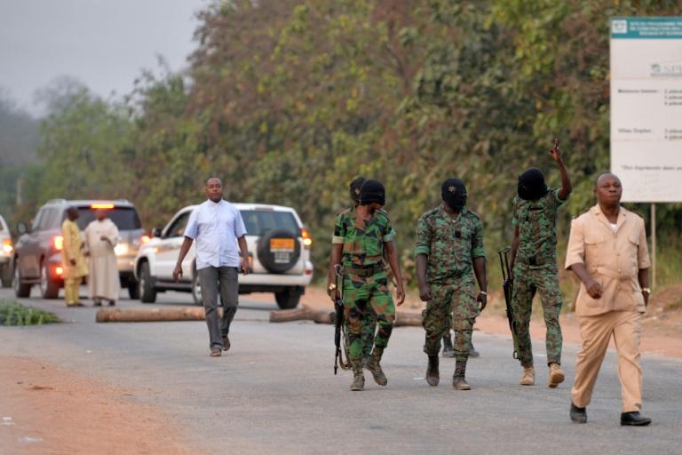 Sous leurs masques, des militaires impliqués dans la mutinerie de Bouaké, le 6 janvier 2017 à l'entrée de la ville ivoirienne. © AFP