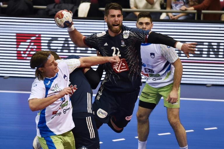 Le Français Luka Karabatic (g) face à la Slovénie en match de préparation au Mondial de handball, le 6 janvier 2017 à Toulouse. © AFP
