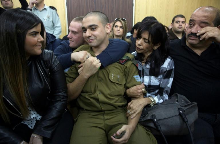 Elor Azaria (c), avec ses proches au tribunal militaire de Tel Aviv, dans l'attente de son jugement le 4 janvier 2017 . © AFP