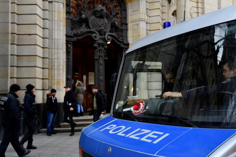 Des policiers sécurisent l'entrée de la Cour suprême à Berlin où  comparait un Syrien demandeur d'asile et accusé d'être jihadiste,le 4 janvier 2016 . © AFP
