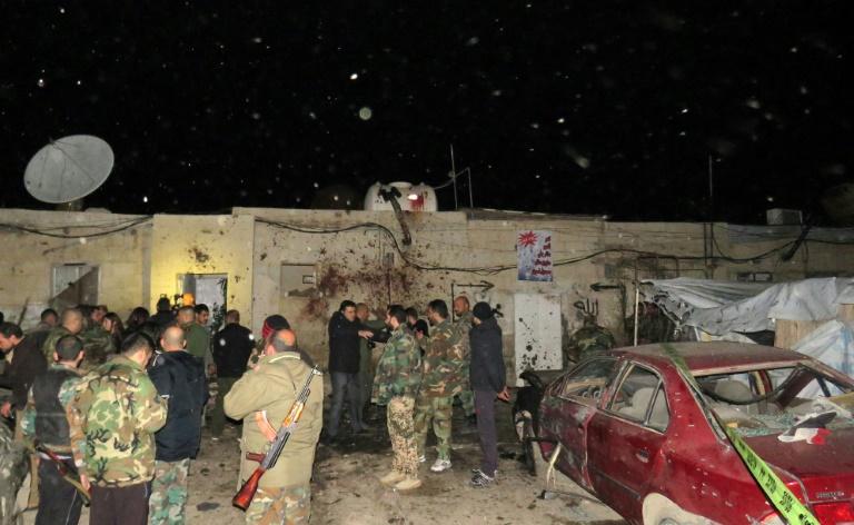 Des soldats syriens sur les lieux d'un attentat suicide à Kafr Sousa, le 12 janvier 2017 à Damas. © AFP
