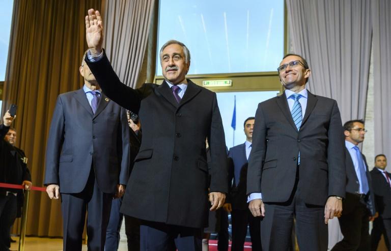 Le dirigeant chypriote turc Mustafa Akinci (c) et le Conseiller spécial du secrétaire général de l'ONU pour Chypre, Espen Barth Eide, lors de son arrivée à Genève, le 9 janvier 2017. © AFP