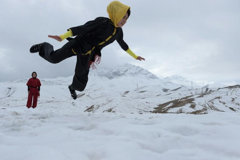 Une Afghane pratique du wushu à Kaboul, le 29 janvier 2017. © AFP