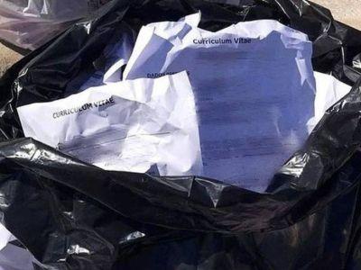 Un hombre encontró 62 currículums en la basura, se los llevó y le consiguió trabajo a 14 personas