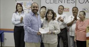 Recibe DIF Municipal donativo de Redondeo OXXO