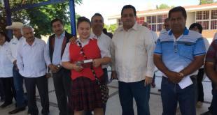 Alcalde Francisco Pelayo entrega tabletas a alumnos destacados