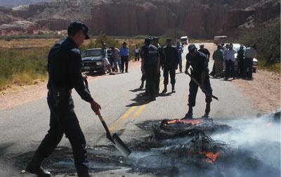 Momentos en que efectivos de la policía despeja parte de la ruta cortada