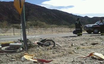 La moto junto al cartel con el que chocó en la Ruta 40