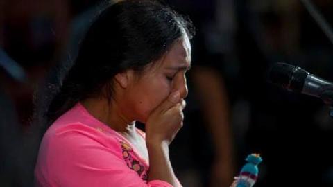 Mariana Carrizo emocionada al volver al escenario por pedido del público.