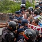 Efectivos policiales intentaron empujar a docentes hacia un barranco