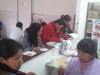 Los donantes llenando los formularios en el Hospital de Cafayate