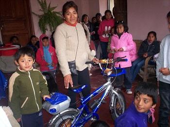 El feliz ganador de la bicicleta junto a su madre