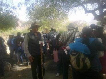 El Obispo Jiménez junto a los peregrinos durante el almuerzo en El Divisadero
