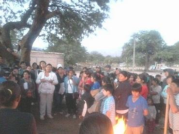 La imagen muestra a los vecinos de San Carlos en la toma del terreno durante los primeros días de abril de 2015