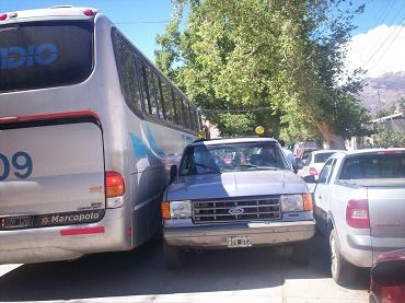 Radio Cafayate informó en diciembre sobre congestiones, dificultades y peligros que representaba la doble circulación en calle Salta-Silverio Chavarría