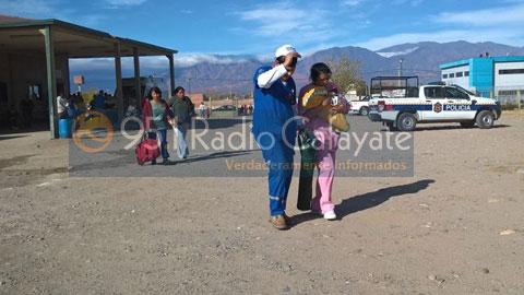 Personal del Hospital de Cafayate traslada la bebe hasta el helicóptero. Su madre más atrás