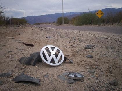En en el lugar del accidente quedaron algunos pedazos del auto