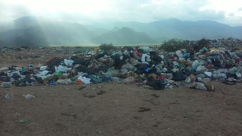 La basura está desparamada y tirado por todos lados, lejos de los canones exigidos para el cuidado del medio ambiente
