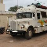 A bordo de un colectivo recorren el país con un ropero comunitario
