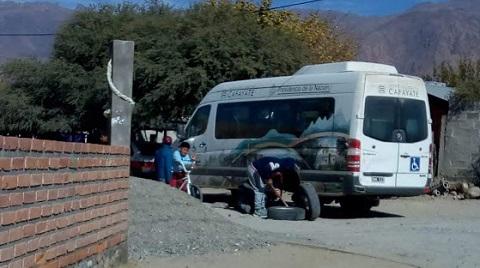El vehículo de la Municipalidad que transporta a discapacitados perdió una rueda