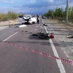 Un muerto en un grave choque entre una moto y una camioneta