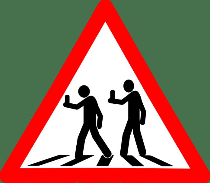 Senyal de trànsit per a peatons amb mòbil