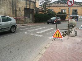 Imatge de les obres d'adaptació d'un pas de vianants a l'Avinguda Sant Jordi.