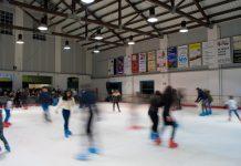 Patinadors a la pista de gel de Palafrugell | Pau Punseti