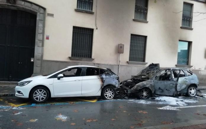 Els cotxes cremats al Carrer Agustí Font de la Bisbal d'Empordà   Imatg d'Anna Pascual