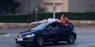 Condueixen amb gent estirada al sostre del cotxe a Palafrugell