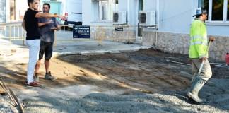 Imatge de la pavimentació a la residència Surís amb l'alcalde de Sant Feliu, Carles Motas | Imatge de Ràdio Sant Feliu