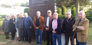 Familiars dels nou veïns del municipi que varen ser deportats, davant l'escultura dedicada a la seva memòria i ubicada al cementiri de Sant Joan | Imatge de l'Ajuntament de Palamós