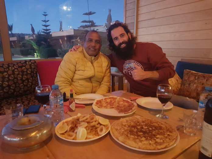 Àlex Subirà amb el propietari de l'hotel, Lamin | Imatge d'Àlex Subirà