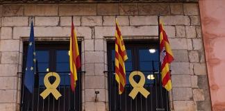 La façana de l'Ajuntament de Torroella de Montgrí amb les banderes europea, espanyola, catalana i municipal | Imatge del consistori