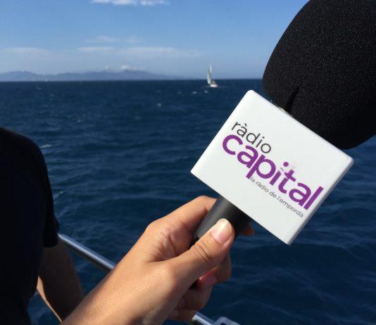 El micròfon de Ràdio Capital a tocar del mar, un dels paratges del Baix Empordà