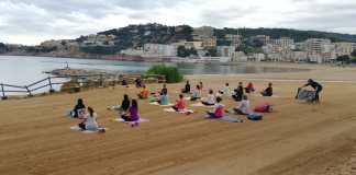 privat:-en-marxa-les-classes-gratuites-de-ioga-a-la-platja-principal-de-sant-feliu