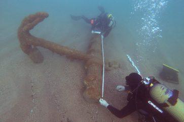 Els arqueòlegs documentant l'àncora del segle XIX que s'ha descobert a Begur i traslladant-la per a la seva protecció. Imatge cedida el 18 de novembre del 2020 (Horitzontal)