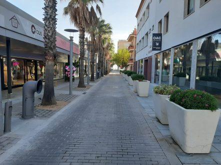 Pla mitjà del carrer de l'Ajuntament que porta a la platja de Platja d'Aro completament buit aquest dissabte 21 de novembre de 2020. (Horitzontal)
