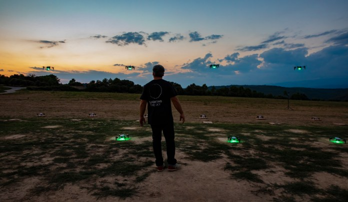Flock Drone Art combina l'art i les noves tecnologies per fer espectacles nocturns amb drones | Imatge cedida a l'ACN - Flock Drone Art, una empresa amb participació d'emprenedors del Baix Empordà fa espectacles de llum amb drones