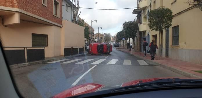 Un cotxe bolcat a Sant Feliu de Guíxols - Imatge de Glòria Roura Torres